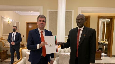 Reunión entre el ministro de Inteligencia de Israel, Eli Cohen, y el líder sudanés, Abdel-Fattah Burhan, el lunes en Sudán.