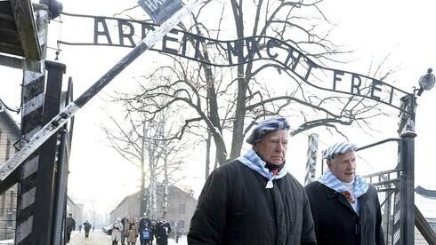 Sobrevivientes de Auschwitz visitan el campo de exterminio en Polonia para rendir homenaje a las víctimas del nazismo en el Día de Conmemoración del Holocausto en 2019.