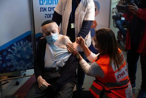O sobrevivente do Shoah, Yosef Kleinman, recebe a segunda dose da vacina contra o coronavírus em Jerusalém.