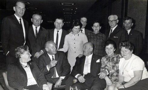 Reunión en Israel de Schindler con los sobrevivientes que salvó del Holocausto.