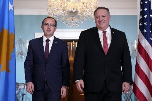 Avdullah Hoti, primeiro-ministro do Kosovo, juntamente com Mike Pompeo, ex-secretário de Estado dos Estados Unidos.