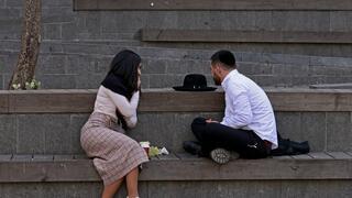 Debido al cierre de los lugares donde solían encontrarse para conocer pareja, suelen ser vistos jóvenes ortodoxos conversando en bancos públicos de Jerusalem.