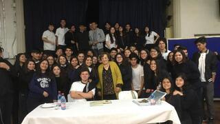 Ana María brinda testimonio en un colegio de Chile.