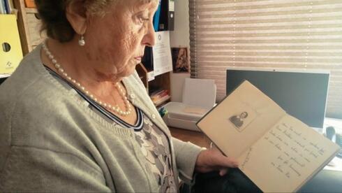 """Cuaderno que conservó Ana María con la foto y dedicatoria de su amiga, que dice """"Acuérdate lo lindo que fue, nuestra amistad, cuando nos conocimos. Tu amiga Ilse. Marzo de 1939""""."""