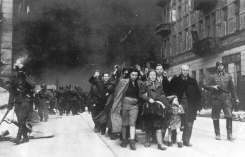 Un grupo de judíos polacos conducidos a la deportación por soldados alemanes, durante la destrucción del gueto de Varsovia.