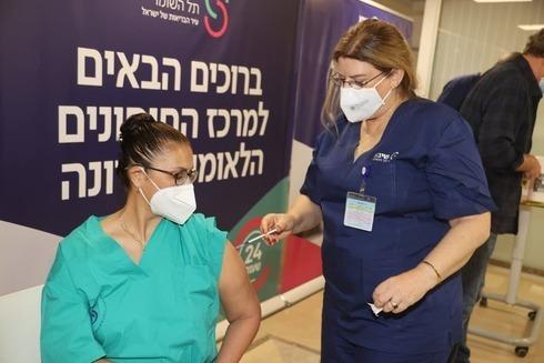 Un miembro del personal médico que recibe la vacuna contra el coronavirus en el Centro Médico Sheba cerca de Tel Aviv.