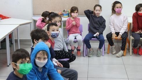 Los niños de escuela primaria en Tel Aviv regresan a clases después de que se levantaron las restricciones de encierro el jueves.