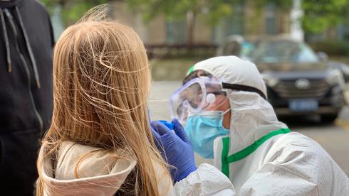 Una niña sometida a prueba de detección de coronavirus.