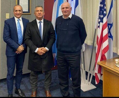 Sergio Urribarrio con las autoridades del Instituto Hadassah de Jerusalem.