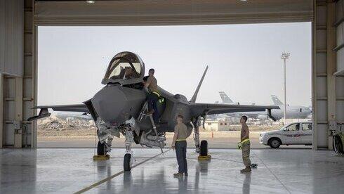 Un piloto y la tripulación de un avión de combate F-35 se preparan para una misión en la Base Aérea de Al-Dhafra en los Emiratos Árabes Unidos.