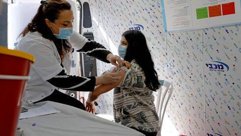 Una mujer recibe la vacuna contra el coronavirus en Jaffa.