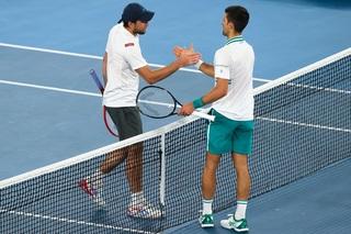Ambos tenistas se saludan al finalizar el partido. El serbio destacó el gran desempeño del ruso israelí.