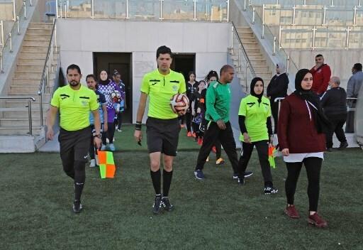 Hanine Abou Mariam sale al campo de juego junto a sus colegas.