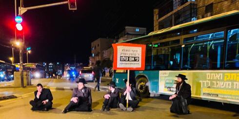 Hombres ultraortodoxos bloquean la carretera en Bnei Brak en protesta contra las restricciones del COVID-19