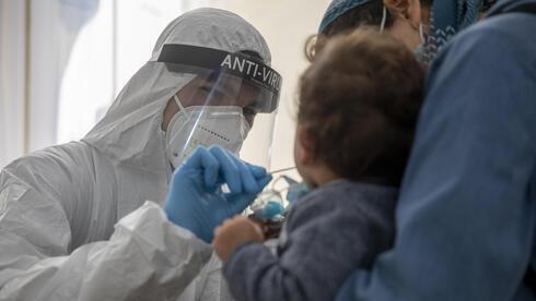 Un niño es examinado por coronavirus en Jerusalem.
