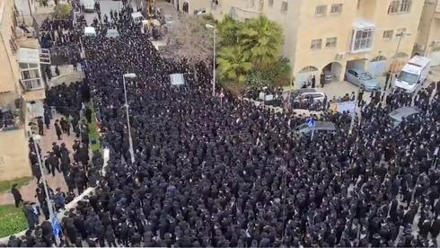 Miles de personas reunidas, sin distanciamiento social, en el funeral del rabino Meshulam Dovid Soloveitchik en Jerusalem.