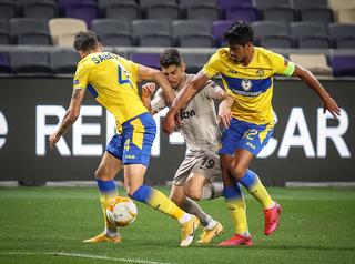 El israelí Solomon, entre dos camisetas amarillas del Maccabi Tel Aviv.