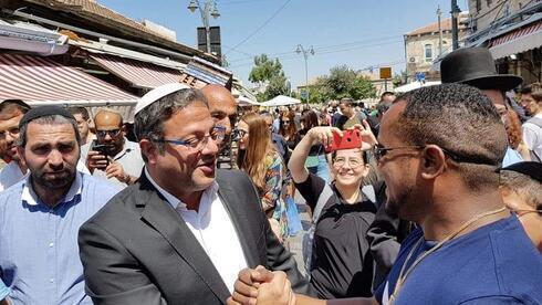 Ben-Gvir hace campaña en Jerusalem antes de las elecciones de marzo de 2020.