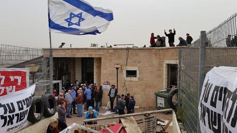 Una sinagoga construida ilegalmente en tierras palestinas privadas siendo ocupada por colonos extremistas para evitar su demolición, en noviembre de 2015.