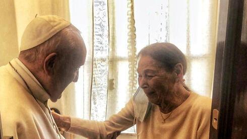 El Papa Francisco se reúne con la poetisa y sobreviviente del Holocausto, Edith Bruck, en Roma el sábado.