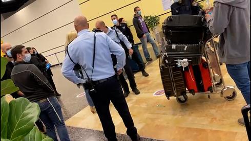 Oficiales de policía reciben a los viajeros que llegan al aeropuerto Ben Gurion.