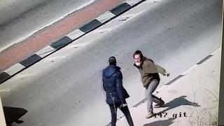 El ataque fue captado por las cámaras de seguridad.