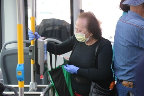 Una anciana se traslada en transporte público en Tel Aviv.