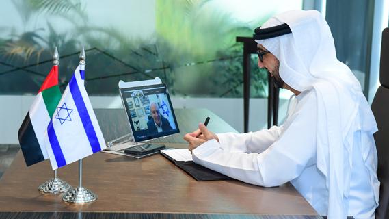 Tariq Bin Hendi hablando con el Director General del Ministerio de Economía, David Leffler.