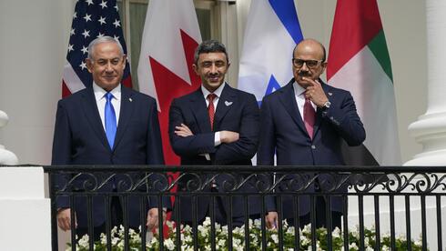 Benjamín Netanyahu, de Israel, y los cancilleres Abdullah bin Zayed bin Sultan Al Nayan, de Emiratos, y Abdullatif bin Rashid Alzayani, de Bahrein.
