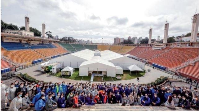 """Hospital de campaña instalado por el Hospital Albert Einstein en el estadio municipal de San Pablo """"Pacambú"""", en Brasil."""