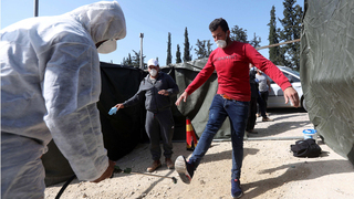 Un trabajador palestino en el cruce de Tarqumiyah.