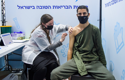 Un joven de 16 años recibe la vacuna contra el coronavirus en Jerusalem.