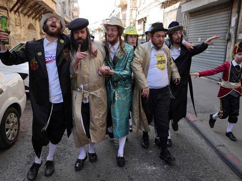 Ultraortodoxos celebran Purim en el barrio Mea She'arim de Jerusalem.