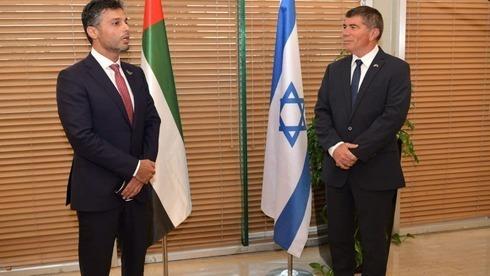 Gabi Ashkenazi (derecha) y el flamante embajador de Emiratos en Israel, Mohammad Mahmoud Al Khajah.