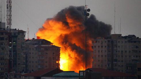 Una bola de fuego se eleva desde un edificio después de un ataque aéreo israelí en la ciudad de Gaza, el 23 de agosto de 2014.