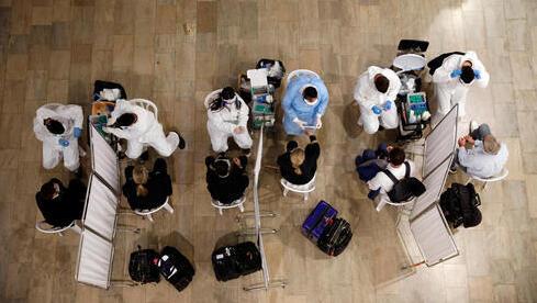 Personal de salud realiza pruebas para detección de coronavirus en el Aeropuerto Ben Gurión.