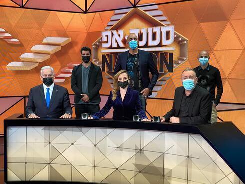 Benjamín Netanyahu junto al elenco del programa.