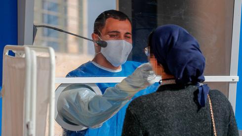Una mujer se realiza una prueba de COVID-19 en Jerusalem.