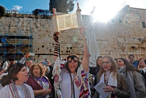 Mujeres judías reclaman poder rezar con los rollos de la Torá en el Muro de los Lamentos.