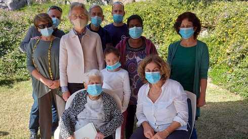 Edith Ramon (sentada, a la izquierda) recupera su ciudadanía alemana después de 84 años.