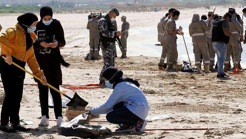 Limpieza de la playa en la ciudad de Tiro, en el sur de Líbano.