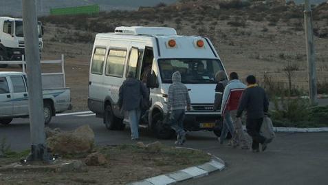 Trabajadores palestinos regresan a Cisjordania después de una jornada de trabajo en Israel.