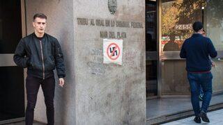 """""""El Rusito"""" Levchenko frente al tribunal que lo condenó. A su izquierda, un símbolo de la protesta antinazi en Mar del Plata."""