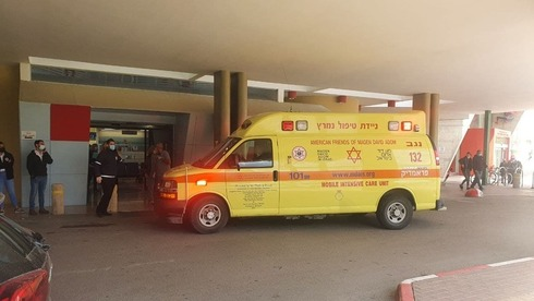 La ambulancia que trasladó a los niños hasta el hospital Soroka.