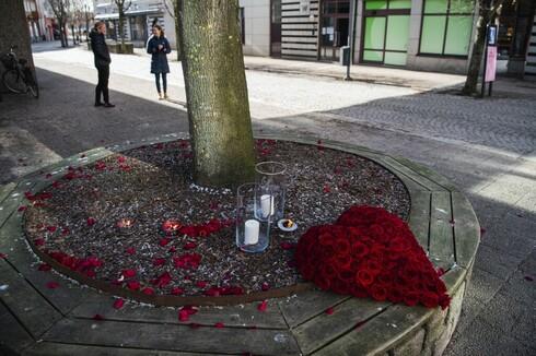 Un ramo de rosas en forma de corazón fue colocado en la calle principal de Vetlanda, Suecia, un día después del ataque.