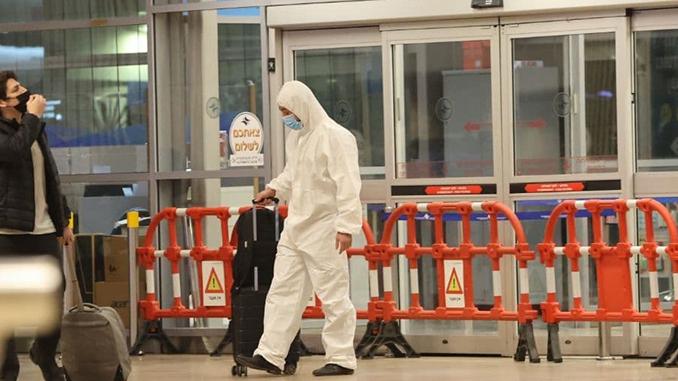 Trabajador con un traje de protección en el Aeropuerto Ben Gurión.