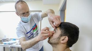 El doctor Falick atiende a un herido azerí.