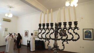 Una menorá en la sinagoga de Bahrein.