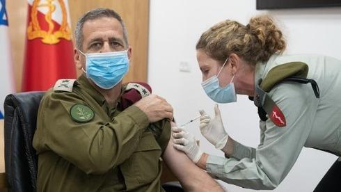 El jefe de Estado Mayor de las FDI, Aviv Kochavi, siendo vacunado contra el COVID-19.