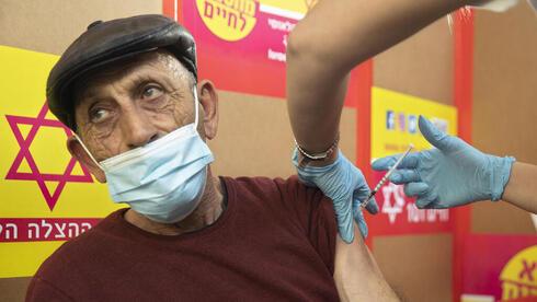 Un trabajador palestino recibe la vacuna en Israel.